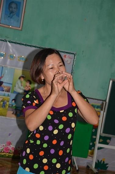 Cô giáo Liễu đang dạy hát