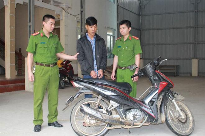 Đối tượng Hoàng Văn Luân và chiếc xe tang vật của vụ án.