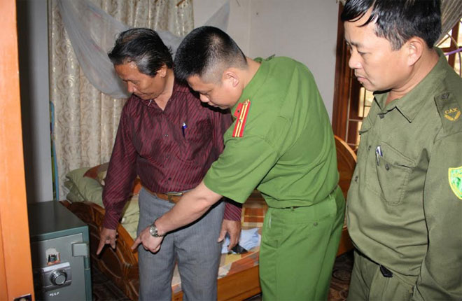 Ông Mai Xuân Sinh kể lại thời khắc tên cướp dí dao vào cổ yêu cầu ông mở két sắt của gia đình.