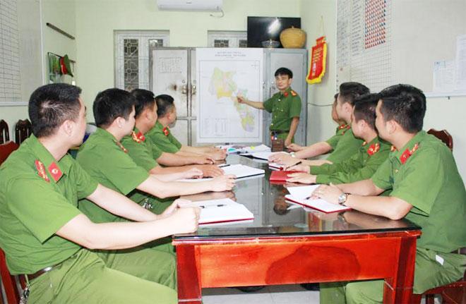 Lãnh đạo Công an huyện Lương Sơn – Hòa Bình chỉ đạo Đội Cảnh sát Hình sự điều tra phá án.