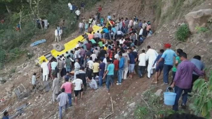 Hiện trường vụ tai nạn xe buýt ở Ấn Độ. Ảnh: Daily Mail