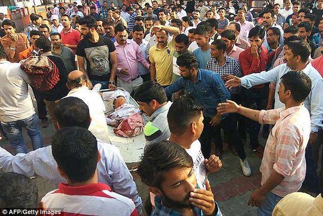 Những người bị thương được đưa đi cấp cứu. Ảnh: AFP