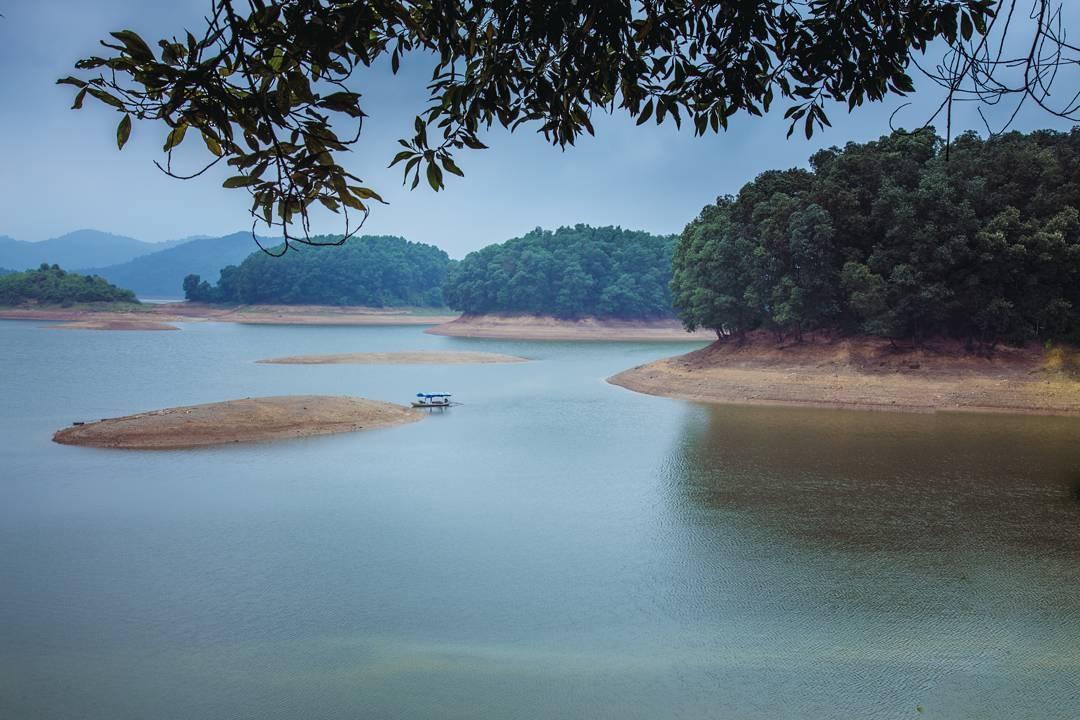 Hồ Núi Cốc là tên một hồ nước ngọt nhân tạo tại tỉnh Thái Nguyên, Việt Nam. Đây là một địa điểm du lịch hấp dẫn của tỉnh Thái Nguyên. Không những thế nó còn được gắn với huyền thoại về chuyện tình nàng Công và chàng Cốc. (Ảnh: luanxitrum)