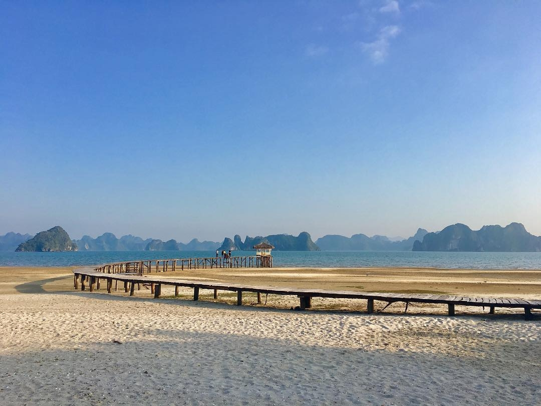 Đến đây vào dịp hè, du khách có thể tản bộ dọc bờ biển để vừa nghe tiếng sóng vỗ rì rào vừa ngắm bức tranh sơn thuỷ hữu tình của Vịnh Bái Tử Long. (Ảnh: thampu)