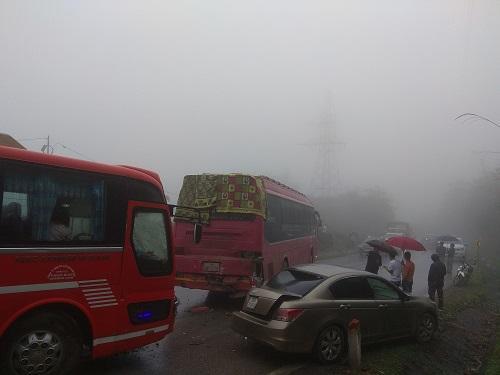 Sương mù và đường trơn do trời mưa là nguyên nhân gây ra hai vụ tai nạn liên hoàn. Ảnh: Phạm Dũng.