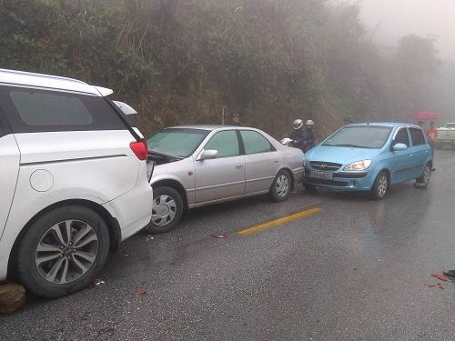 Gần 20 ôtô bị hư hại trong hai vụ tai nạn liên hoàn trên quốc lộ 6A. Ảnh: Phạm Dũng.