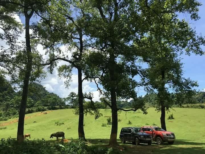 Xung quanh khu vực thác không có điểm cắm trại vì vậy nếu muốn bạn có thể di chuyển đến khu vực thảo nguyên xanh gần đó. Ở đây có bãi đất trống rất rộng, bằng phẳng phù hợp để bạn cắm trại, tổ chức tiệc nướng ngoài trời. Song bạn cần ghi nhớ, nên dọn dẹp vệ sinh và giữ gìn cảnh quan môi trường.