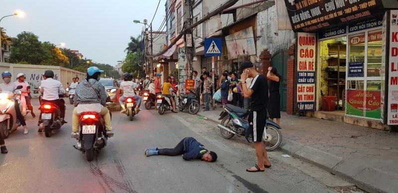 Chị Tâm nằm bất động trên đường Lương Thế Vinh sau va chạm với 2 thanh niên đi xe máy không biển số, không đội MBH