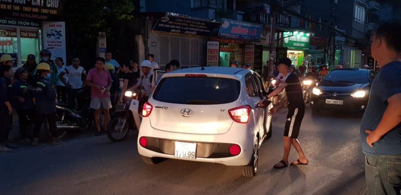 Người đi đường vẫy ô tô đưa chị Tâm đi bệnh viện cấp cứu