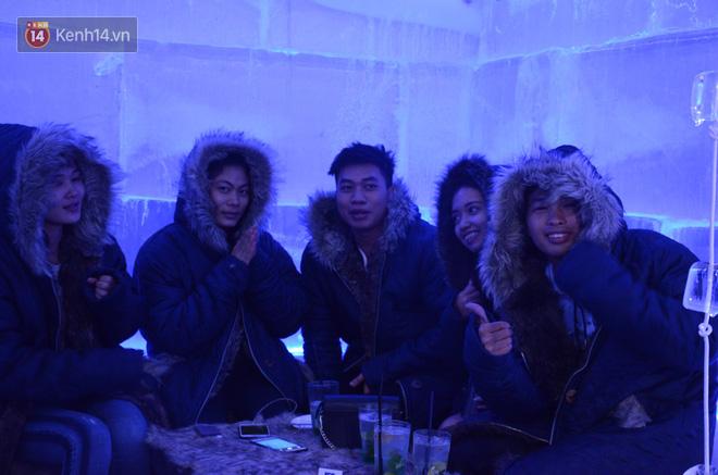 Quán cafe duy nhất ở Hà Nội với không gian toàn bộ bằng băng lạnh âm 10 độ C vừa mới mẻ, vừa lạ lẫm với không gian lạnh buốt chưa từng có.