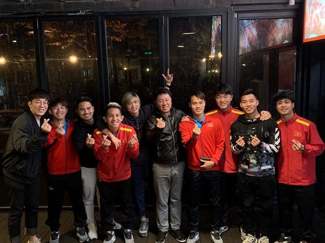 Các cầu thủ HAGL đang tập huấn cùng đội tuyển Việt Nam tới thăm nhóm cầu thủ điều trị chấn thương tại Hàn Quốc. Ảnh: Van Dan Nguyen.