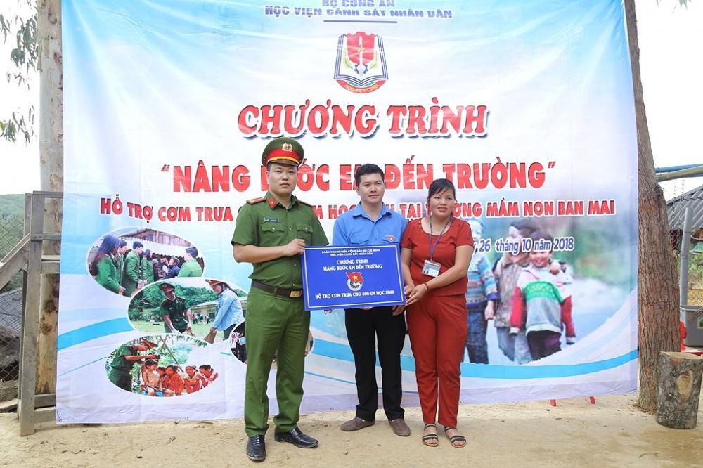 Đồng chí Thượng uý Vũ Văn Thuận – Bí thư Đoàn thanh niên Học viện CSND đại diện cho những
