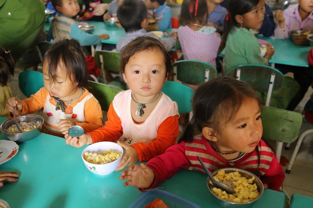Phần lớn các em nhỏ rất tự lập trong việc ăn uống.