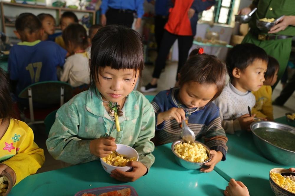 Số tiền ủng hộ được chia nhỏ, mỗi tháng chỉ với 150.000đồng/người đóng góp và 1 năm học là 1.350.000 đồng là đã đủ cho một em bé vùng cao được ăn một bữa cơm có thêm chất đạm mỗi ngày, không phải ăn cơm độn chấm muối.