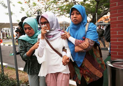 Người thân hành khách trên chuyến bay JT610 bật khóc khi tới sân bay quốc tế Soekarno Hatta, Jakarta hôm nay. Ảnh: Reuters.