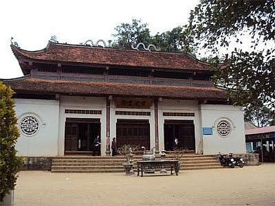 Hàng năm rất nhiều cặp vợ chồng hiếm muộn lại mang lễ đến xin con tại đền Mẫu Đông Cuông.
