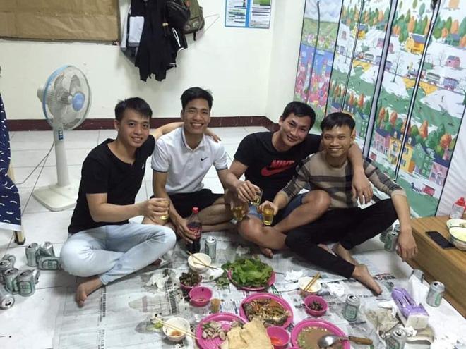 Vũ Dương (thứ 2 từ trái sang) và anh Lợi (ngoài cùng bên phải) là đồng nghiệp thân thiết ở công ty.