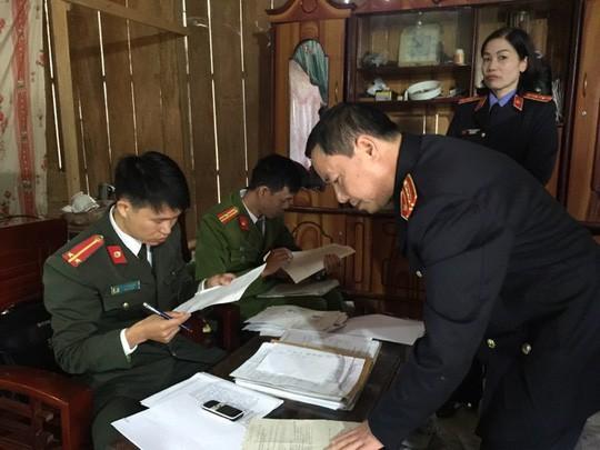 Công an tỉnh Sơn La khám xét nhà bị can Ban - Ảnh: CTV
