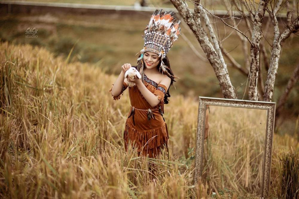 Quỳnh Trang tự do thả dáng giữa rừng núi Tây Bắc cùng với bạn diễn của mình, là một chú bồ câu trắng muốt rất đáng yêu.