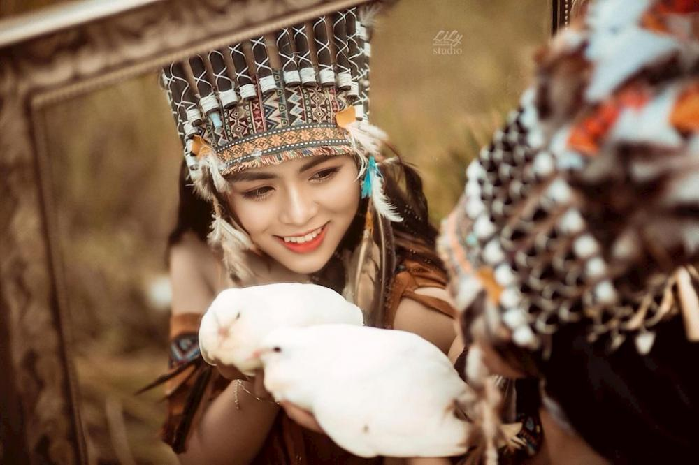 """Sở hữu gương mặt thanh thoát, nụ cười tỏa nắng, Quỳnh Trang đã khiến cư dân mạng say đắm trong bộ ảnh """"Thổ dân"""" của mình."""