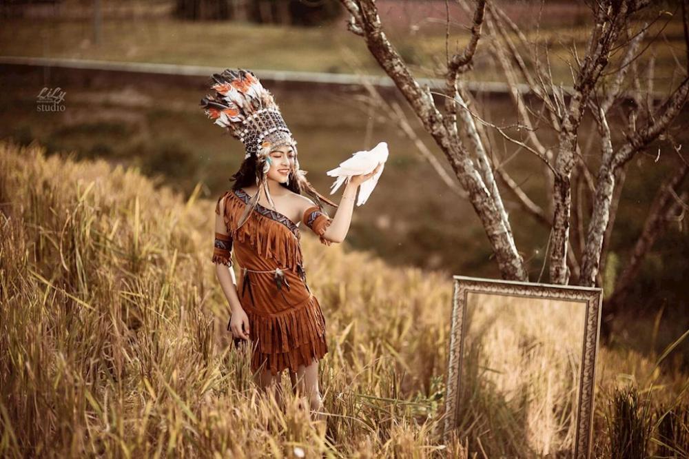 """Cô chia sẻ: """"Bộ ảnh được thực hiện trong lần mới nhất mình về thăm nhà. Mộc Châu mình là vùng đất thiên nhiên trời ban mà, nên chỉ cần giơ máy ra là có """"một chùm"""" ảnh sống ảo đầy nghệ thuật ngay. Chụp thời trang bình thường thì mình chụp nhiều rồi, nên lần này mình muốn phá cách một chút với phong cách mộc mạc, dân dã của cô gái thổ dân.""""."""