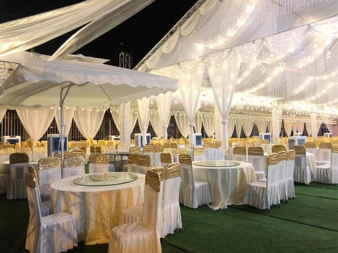 Hàng trăm bộ bàn ghế được bày biện để chuẩn bị cho hôn lễ được diễn ra trong vài ngày tới