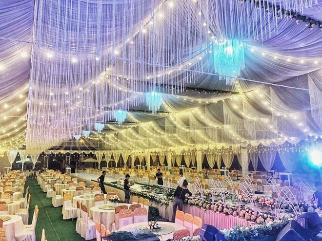 Không gian tiệc cưới sang trọng và lộng lẫy được dựng lên tại khu đất trống rộng lớn