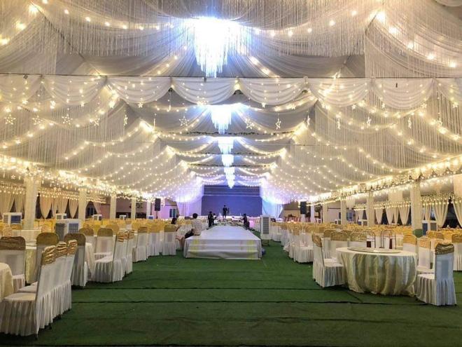 Tiệc cưới còn được trang trí bằng những dài đèn led và đèn chùm với chi phí được cho là lên tới 800 triệu đồng