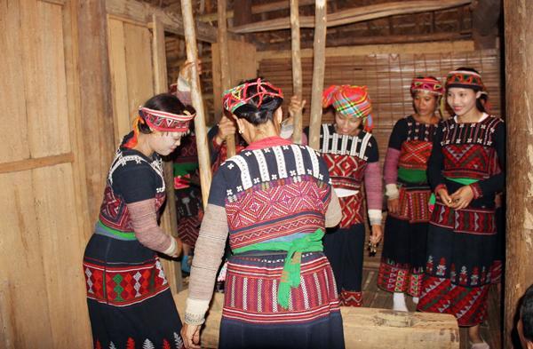 Họ cùng nhau giã gạo để nấu cơm mới, chuẩn bị cho các nghi thức trong ngày hội.
