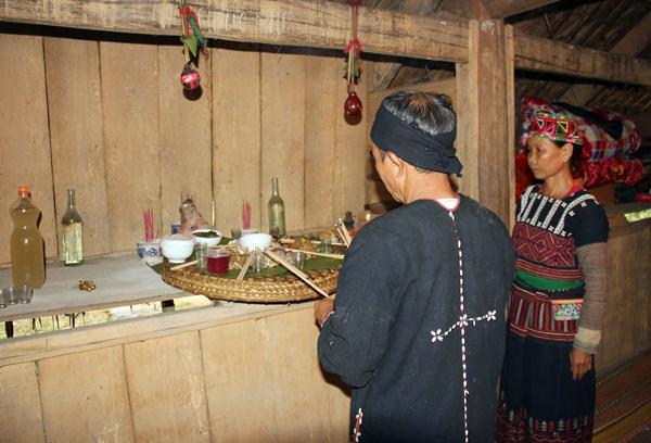 Chủ nhà dâng cơm mới mời tổ tiên về hưởng và phù hộ cho gia đình con cháu sang năm mùa màng bội thu, cuộc sống no đủ.