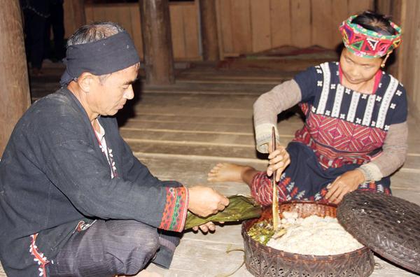 Mâm cơm mới dành cho vợ chồng chủ nhà theo đúng nghi thức.