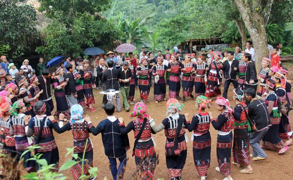 """Người Xá Phó cùng nhau hát múa theo nghi thức truyền thống trong ngày tổ chức lễ hội """"Già sợ da""""."""