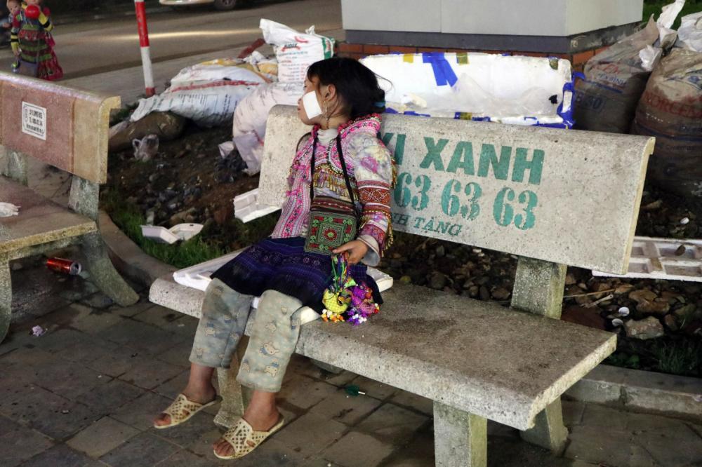 Có hàng trăm đứa trẻ như Mẩy bán hàng mỗi tối ở Sa Pa.