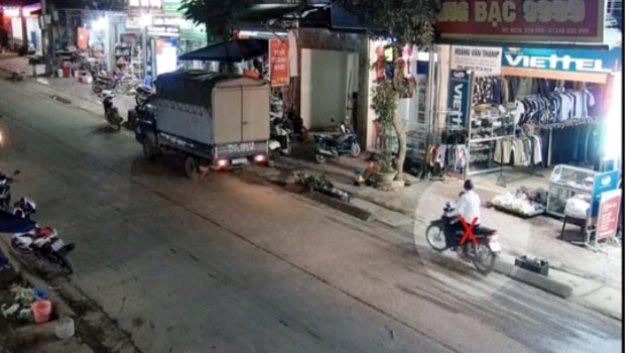 Nam thanh niên lên xe máy bỏ chạy sau khi cướp tiệm vàng.