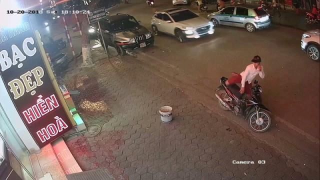 Hình ảnh trước đó đối tượng cướp tiệm vàng Hiền Hòa (phố Cốc Lếu, TP. Lào Cai) do camera ghi lại.