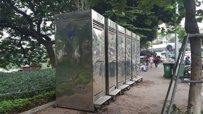 Dãy nhà vệ sinh lưu động trên Hồ Gươm (Hoàn Kiếm, Hà Nội)