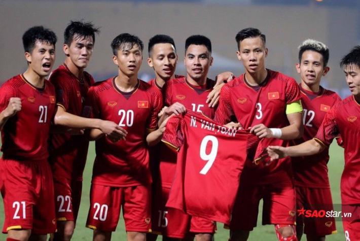 Các cầu thủ ĐTVN giơ áo Văn Toàn trong trận đấu với ĐT Campuchia.