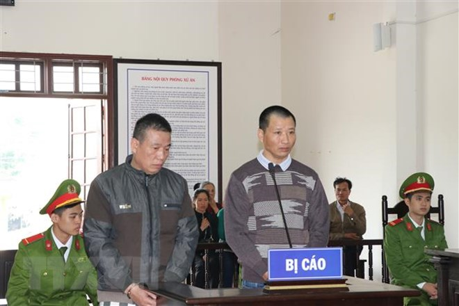 Bị cáo Nguyễn Đình Oanh và bị cáo Đỗ Đức Văn tại phiên tòa. Ảnh: Vũ Hà/TTXVN