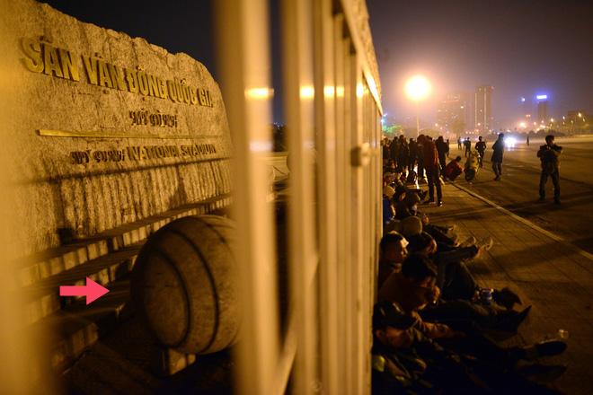 Những viên đá bằng bê tông trước cổng sân Mỹ Đình được di dời vào đêm 5/12. Ảnh: Tiến Tuấn