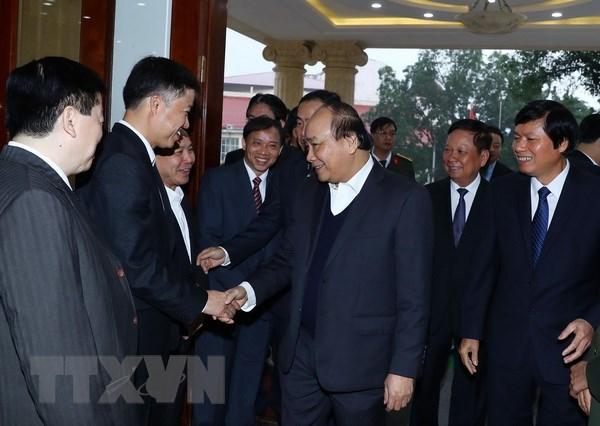 Thủ tướng Nguyễn Xuân Phúc với lãnh đạo chủ chốt tỉnh Hoà Bình. (Ảnh: Thống Nhất/TTXVN)