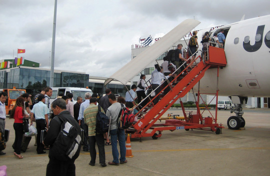 Các hãng hàng không ở Việt Nam quy định hành lý xách tay không quá 7kg/hành khách. Ảnh: Linh Anh