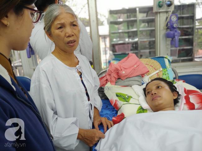 Ngoài chồng, mẹ ruột chị Thắm cũng tích cực vào viện chăm sóc con.