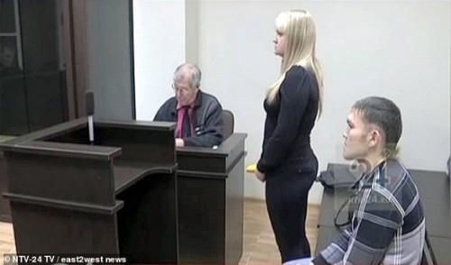Shakur và bạn gái của anh tại tòa án - Ảnh: Daily Mail