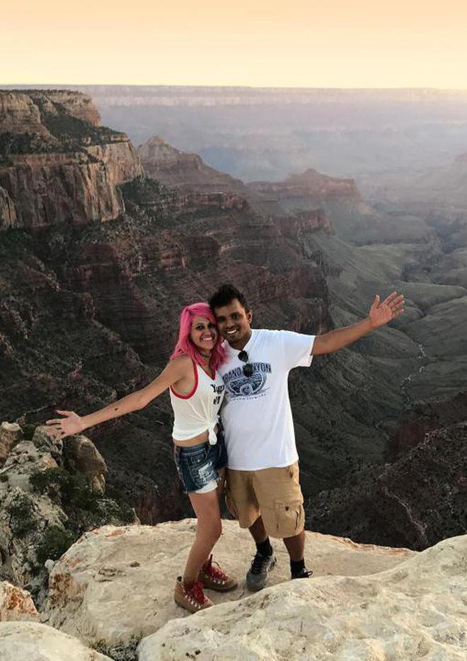 Hai vợ chồng có một cuộc sống hạnh phúc và thường cùng nhau đi du lịch nhiều nơi
