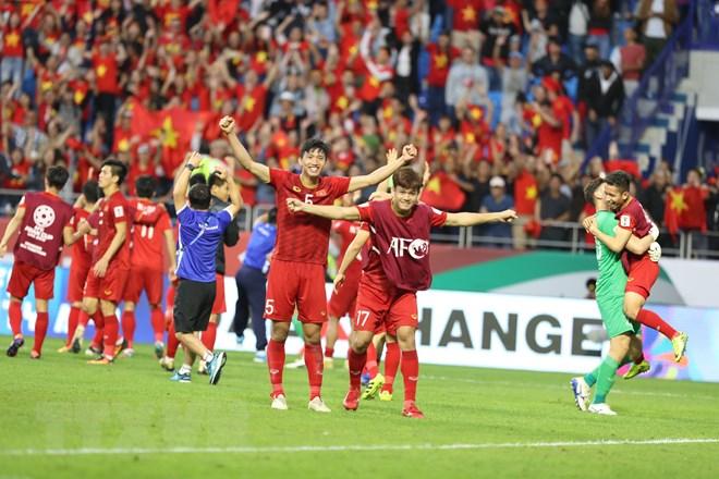 Niềm vui của cầu thủ Việt Nam sau chiến thắng. (Ảnh: Hoàng Linh/TTXVN)