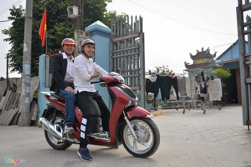 Bận thi đấu và tập luyện cùng CLB Hà Nội, đến chiều 27 Tết Đức Huy mới được cả gia đình đón về nhà. Và trong mấy ngày nghỉ ngắn ngủi, Đức Huy cùng bố ra chợ chọn hoa.