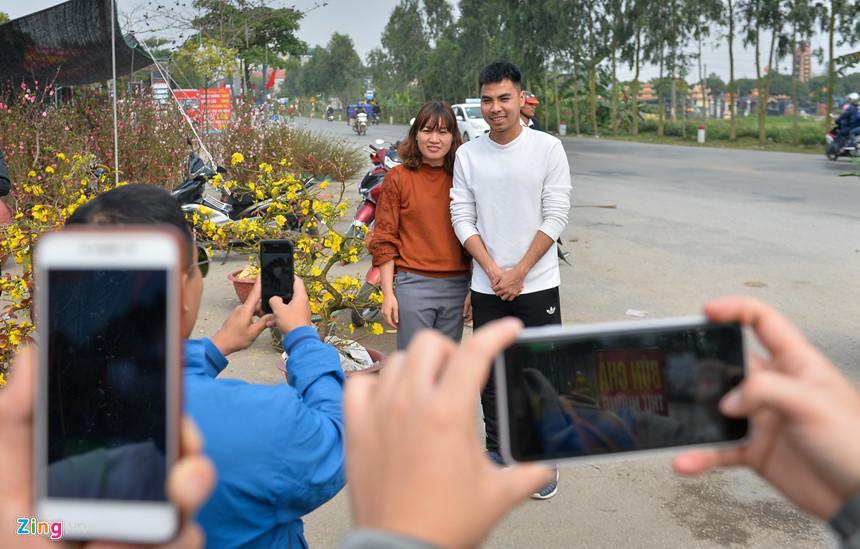 Quê hương Thanh Miện, Hải Dương khá gần Hà Nội nhưng do lịch tập luyện, thi đấu dày đặc nên anh cũng ít có thời gian về quê. Vì thế, ngay khi tiền vệ trung tâm này xuất hiện ở chợ, nhiều người dân đã đến xin chụp ảnh cùng.