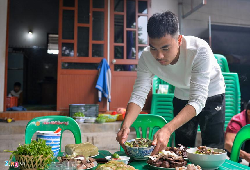"""Về nhà, Đức Huy tranh thủ giúp đỡ mọi người làm cơm tất niên. Anh cho biết mình không giỏi nấu nướng nhưng """"hay ăn thì lăn vào bếp"""". Cầu thủ gốc Hải Dương luôn thấy mình được ăn ngon và ăn nhiều nhất khi ở nhà."""