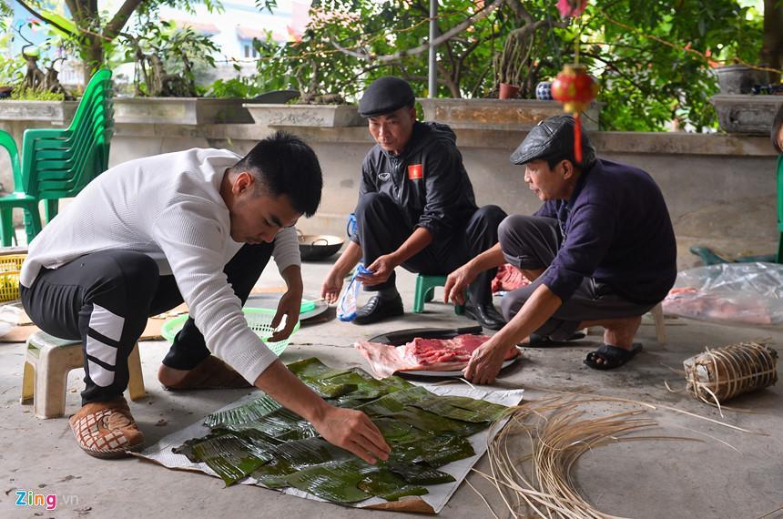 Đức Huy giúp bác gói món giò cuốn của quê hương Hải Dương. Giò cũng là món ăn gắn bó với anh và các tuyển thủ khi thi đấu xa nhà.