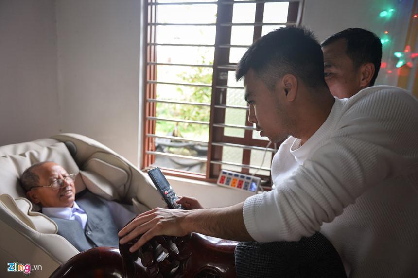 Trong ngày 28 Tết, gia đình Đức Huy làm 6 mâm cơm tất niên nên mọi người tập trung khá đông đủ. Cầu thủ Hà Nội cho ông mình dùng thử chiếc ghế massage.